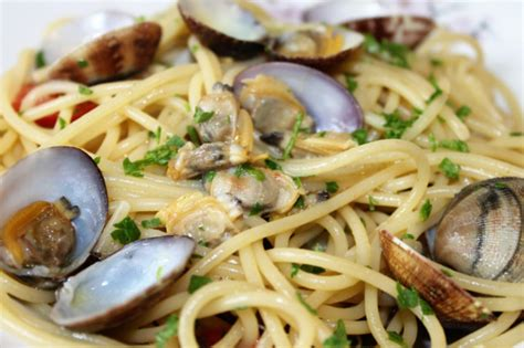 cucinare spaghetti alle vongole ricetta spaghetti alle vongole primo piatto semplice e