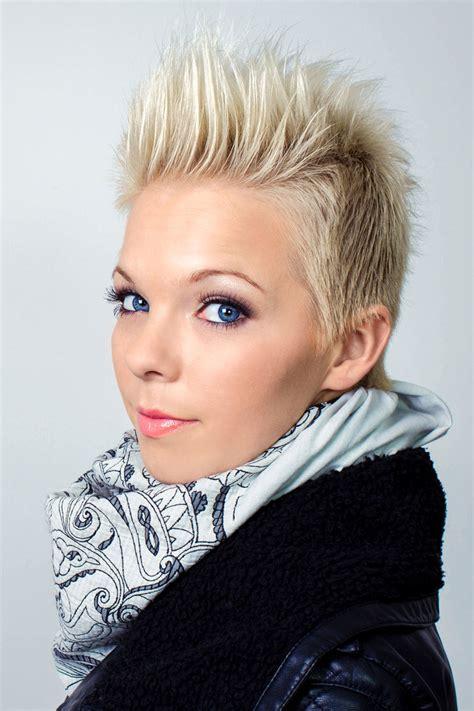 Kurzhaarfrisuren Blond by Flippige Kurzhaarfrisur Mit Platinblonden Haaren