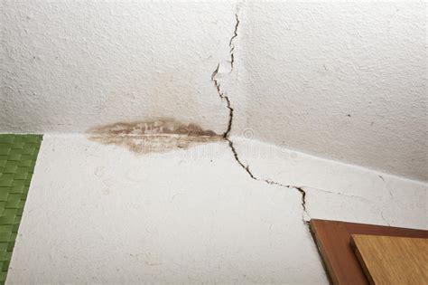 crepe sul soffitto danno strutturale sul soffitto muffa nell angolo crepa