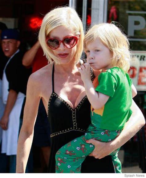 celebrity nursing style 15 breastfeeding celebrity moms parenting
