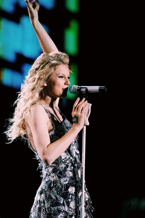 taylor swift fearless tour dress taylor singing you belong with me in a jenny packham dress