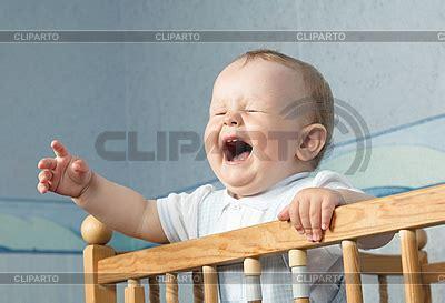 baby weint im bett stock fotos und vektorgrafiken cliparto