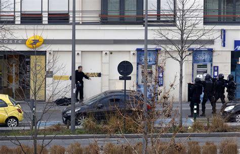 ufficio postale pero parigi uomo armato prende ostaggi in un ufficio postale