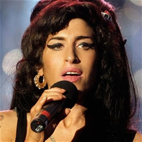 Allen I Am And Stter Than Winehouse by Standbeeld Winehouse Onthuld In Londen Qmusic