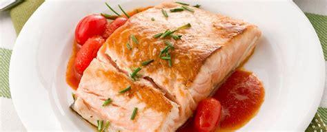 cucinare il salmone a tranci tranci di salmone al pomodoro sale pepe