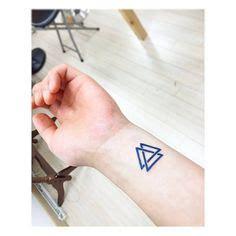 valknut tattoo on hand valknut tattoo on pinterest viking symbols triangles