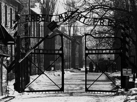 scritta ingresso auschwitz giorno della memoria le foto storiche co di