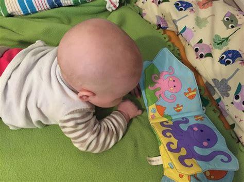 wann lachen baby laut baby ist vier monate alt bewegung und lachen