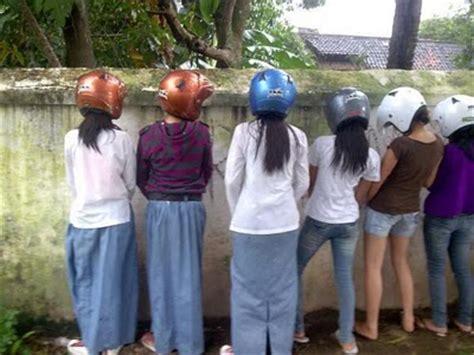 Helm Anak cewek cantik kencing jpg picture