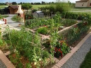 bordures en brique dans le potager jardin garden