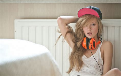 wallpaper girl trap blonde with headphones wallpapers blonde with headphones