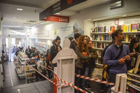 libreria mondadori bologna via d azeglio bologna in coda alla libreria mondadori per zerocalcare
