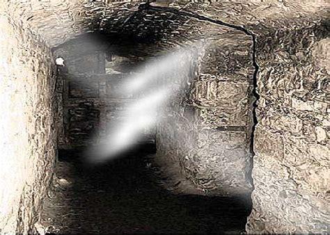 explore underground vault in edinburgh quot the world s most haunted cities