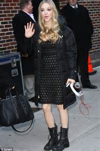 amanda seyfried ruins her pretty black dress with clunky