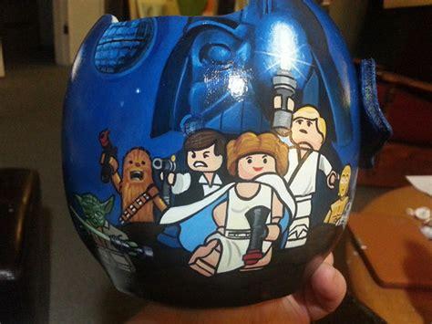 College Football Aufkleber Auf Helm by Artist Paints Children S Helmets To Look Cooler