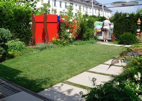 reihenhausgarten mit whirlpool rasen und trittplattenweg