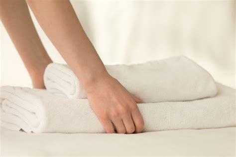 bett platzierung im schlafzimmer platzierung stapel handt 252 chern auf dem bett