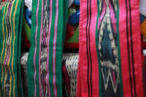 Sarung Tenun Zamrud ulap doyo nilai kearifan lokal dalam tenun warisan dayak