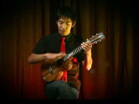 ukulele lessons jake shimabukuro jake shimabukuro teaches the triple strum ukulele mike