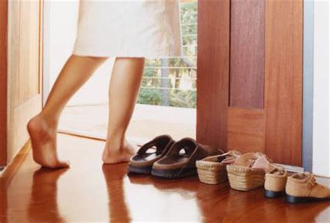 Taking Shoes Off In House Etiquette | shoes off please ecozine