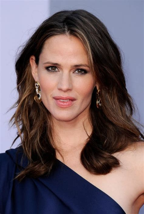 medium length hairstyles for women over 40 and oval face and thin hair jennifer garner medium length wavy hairstyle for women