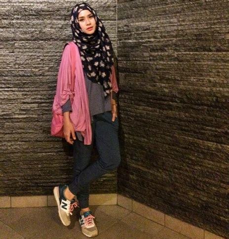 design baju zaskia adya mecca style hijab dengan sepatu sport