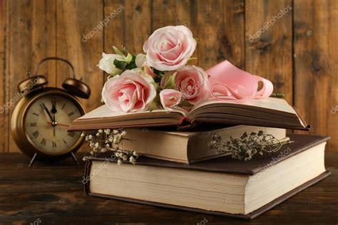 libri fiori libri con fiori e orologio foto stock 169 belchonock 63222571