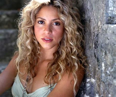 is shakiras hair naturally curly shakira natural curls curly girl pinterest