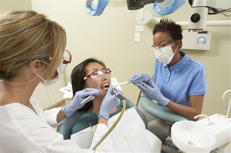 what does a dental assistant do edu