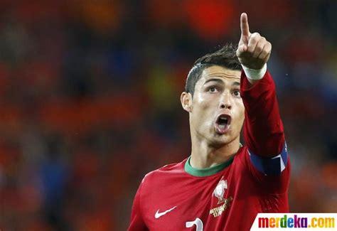 Cristiano Ronaldo By Buku Gaul foto ekspresi cr7 di lapangan hijau merdeka