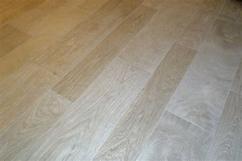 Staggered Wood Floor by Wood Look Porcelain Tile Staggered Installation To Look