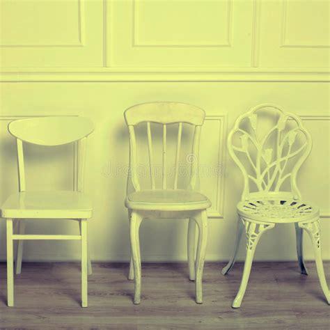 sedie bianche legno insieme delle sedie d annata di legno bianche immagine