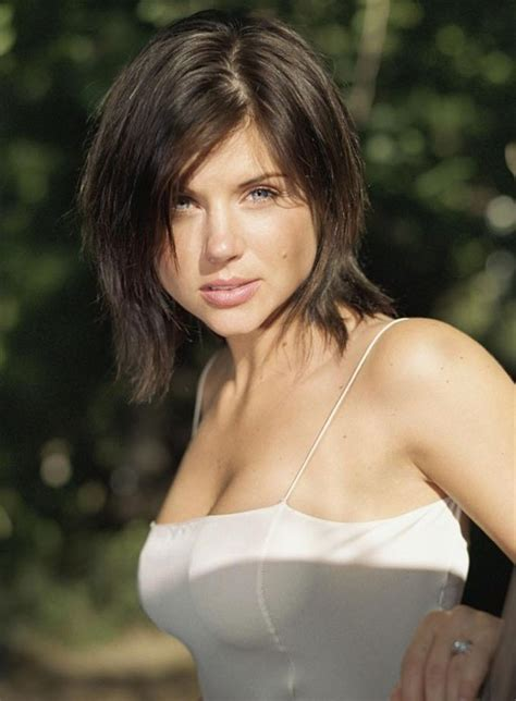 tiffani thiessen hairstyle pictures cute short haircut for women shaggy edgy med short bob