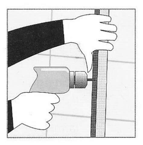 paraspruzzi vasca da bagno installazione di parete salvaschizzi trasparente su una