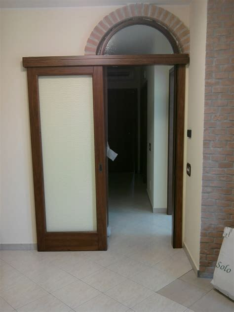 porte con arco scorrevole in massello esterno muro con sopraluce ad arco