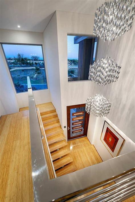 kronleuchter treppenhaus modernes architektenhaus in der australischen metropole perth