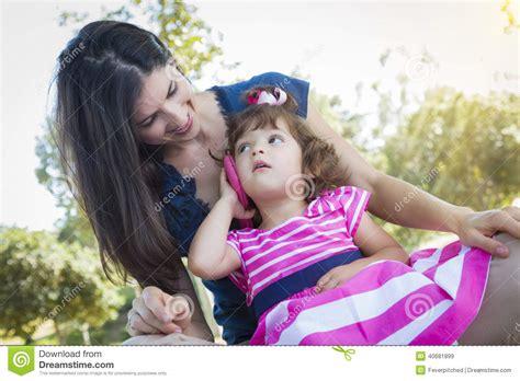 imagenes lindas madre e hija madre e hija linda del beb 233 que juegan con el tel 233 fono