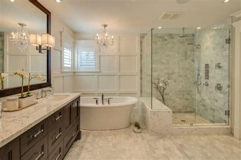 Exceptionnel Meubles Salle De Bain Bois Exotique #3: 1.d%C3%A9co-salle-de-bain-traditionnelle-et-%C3%A9l%C3%A9gante-cabine-de-douche-baignoire-blanche-ovale-meuble-salle-de-bain-en-bois-grand-miroir-lustremajestueux.jpg
