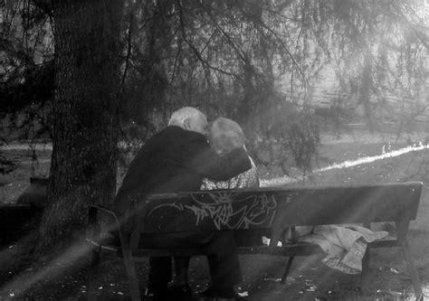 imagen en blanco y negro romanticas ancianos que muestran que el amor eterno si existe