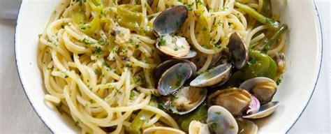 cucinare spaghetti alle vongole spaghetti alle vongole veraci e friarelli sale pepe