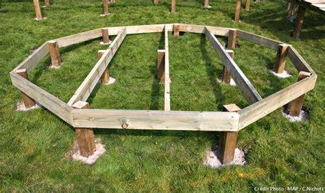 comment poser une terrasse en bois 4357 cr 233 er une terrasse en bois le pas 224 pas d 233 tente jardin