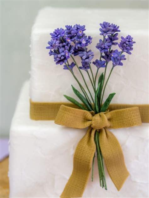 hochzeitstorte jute rustikale hochzeitstorte mit lavendel jute und papierstruktur