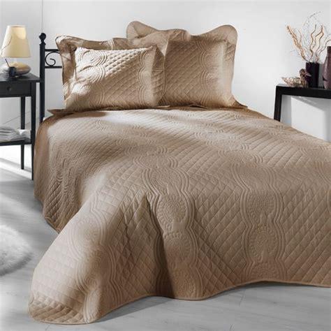 couverture lit 2 personnes pas cher couvre lit 230 x 250 cm matelass 233 nocturne beige couvre lit boutis eminza