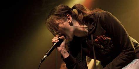 lagu metal di film kirun dan adul wanita ini bernyanyi death metal di ajang pencarian bakat