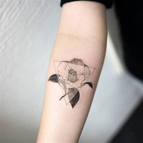 tatuagemm de triangulo feminina mulher sempre linda