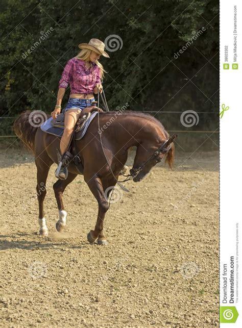 imagenes de vaqueras y caballos montar a caballo de la vaquera fotograf 237 a de archivo