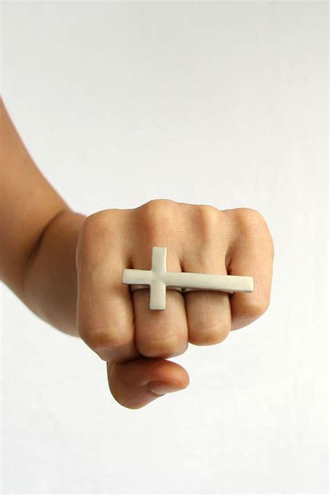 finger tattoo exles cross on finger