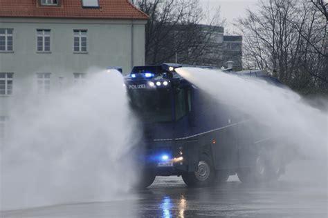weiter spritzen bereitschaftspolizei kriegt neuesten wasserwerfer spritzt