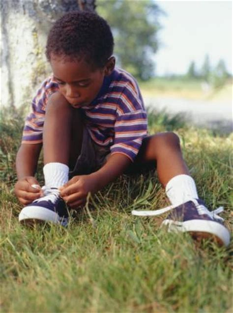 kid tying shoes 6 things your child should before kindergarten paassc