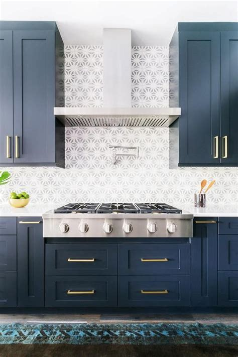 kitchen with blue cabinets 25 best ideas about navy cabinets on navy